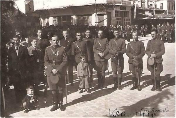 Αξιωματικοι-σε-κάποια-τελετή-στην-κεντρική-πλατεία-της-Ξανθης-το-1943
