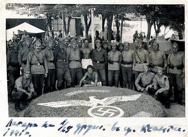 Αποκρουστική εικόνα με τη σβάστικα μπροστά από Γερμανούς και Βούλγαρους αξιωματικούς