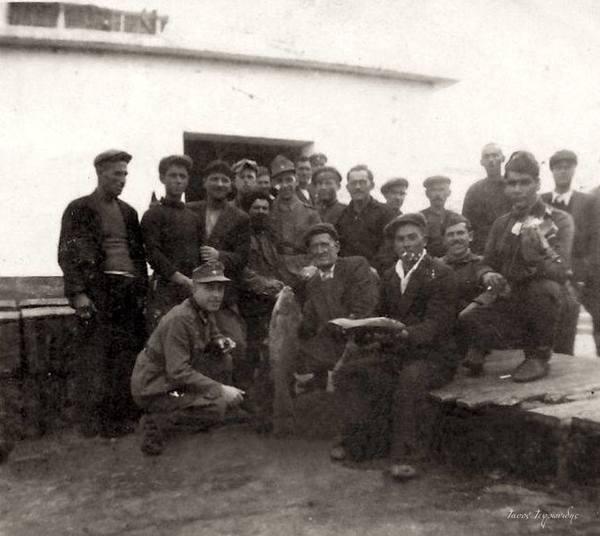 Γερμανοί και-Βούλγαροι-στρατιώτες-με-ψαράδες-του-Πόρτο-Λάγος-στις-εγκαταστάσεις-του-αλιευτικού-συνεταιρισμού-τον-Μάιο-του-1941