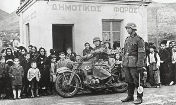 Ιστορική φωτογραφία από την έλευση τον Γερμανών στο σημείο του «Φόρου»στις 9-4-41 (σημερινή είσοδος από Καβάλα). Το κοινό παρακολουθεί τρομαγμένο τον κατακτητή