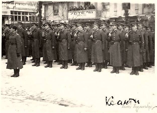 """Βουλγάρικο άγημα σε κάποια τελετή στην κεντρική πλατεία της Ξανθης το 1943 . Πίσω τους το ξενοδοχείο """"ΑΘΗΝΑΙ"""" που κάηκε το 1968"""