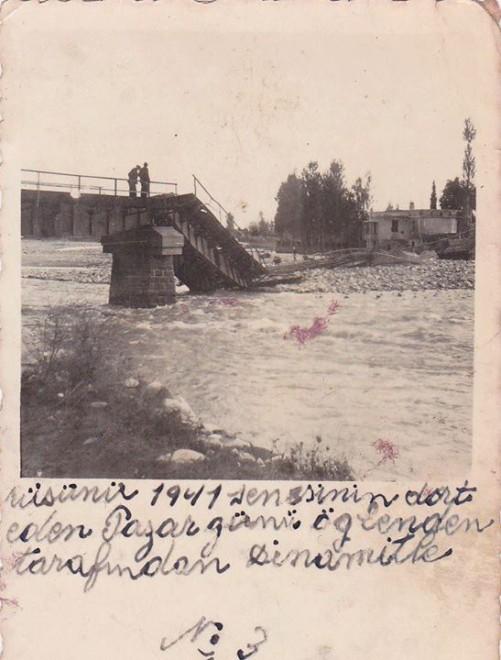 Η σιδηροδρομική Γέφυρα του Κοσύνθου κατεστραμμένη από τον Ελληνικό Στρατό κατά την υποχώρησή του, προκειμένου να καθυστερήσει την επέλαση των Γερμανών