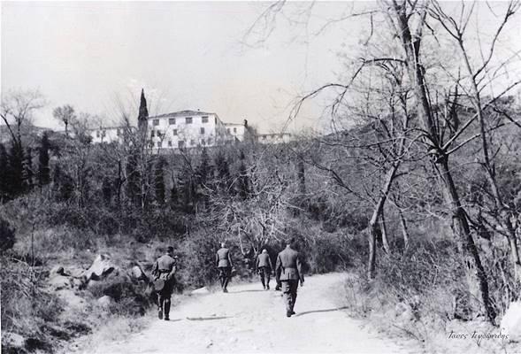 Κουστωδία Βουλγάρων αξιωματικών ανηφορίζουν στην Μονή Ταξιαρχών το 1943. Προηγείται γηραιός ανώτερος αξιωματικός φέρων ξιφίδιο .Στο τέλος δεξιά ακολουθεί ο Γερμανός τοποτηρητής της Ξάνθης