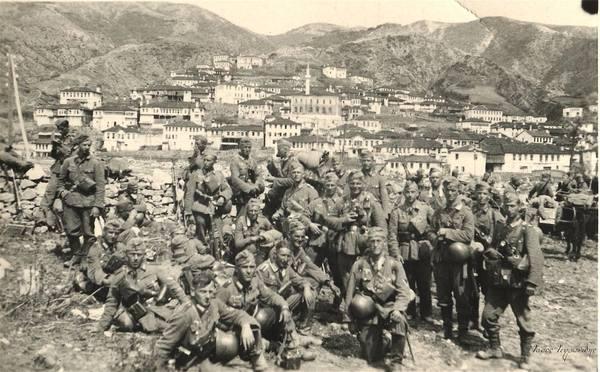 """8η-Απριλίου-1941-""""έπεσαν""""-τα-οχυρά-του-Εχίνου-Οι-Γερμανοί-κατακτητές-φωτογραφίζονται-περιχαρείς-με-φόντο-τον-Εχίνο"""
