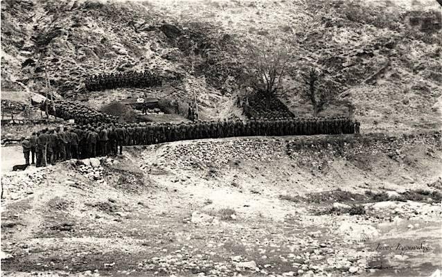 Οι κηδείες των Γερμανών στρατιωτών απο την μάχη των οχυρών του Εχίνου στις 8 Απριλίου 1941 σε πρόχειρο ομαδικό τάφο. Στον δρόμο προς την Ξανθη λίγο πιο έξω απο το χωρίο